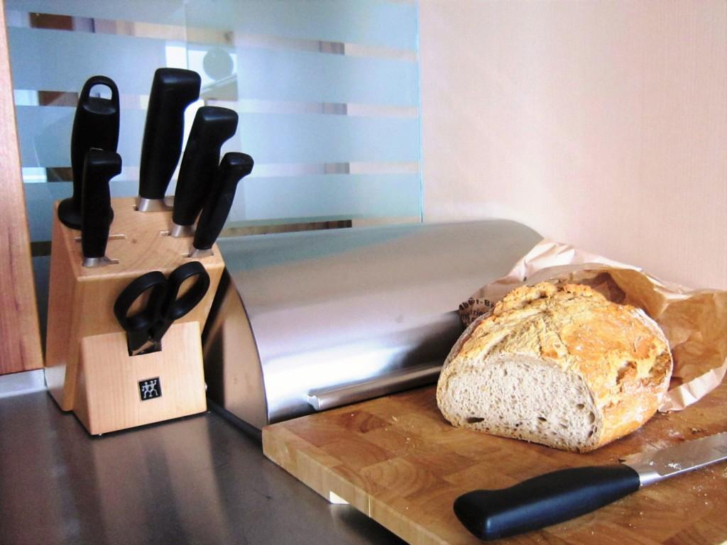 Auch vernünftige Messer sind da, um zum Beispiel ein knuspriges, fränkisches Bauernbrot aufzuschneiden
