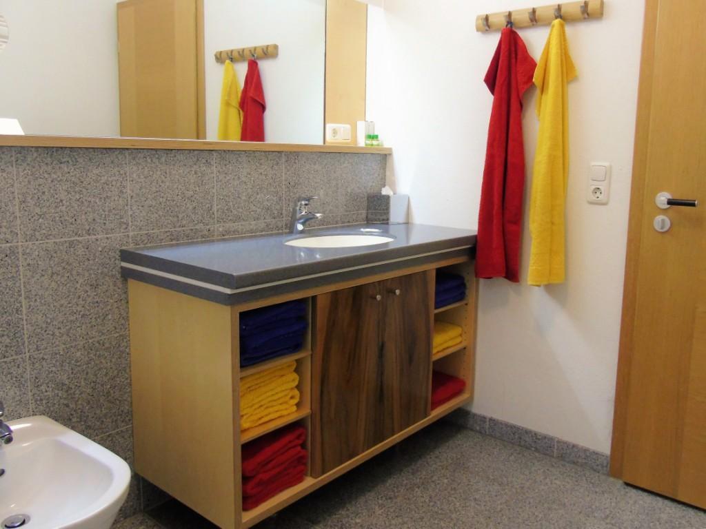 Dein Bad. Pfiffig mit Naturholz und Naturstein. Mit Dusche, Bidet, WC und allem, was man so braucht in diesem Wohlfühlbereich