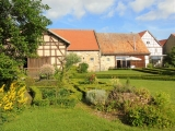 Links vom Weg zum Haus Dein Naschgarten