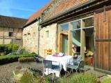 Hier frühstückst Du auf der Terrasse in der Sonne...