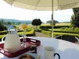 ...oder genießt Frühstück und Ausblick unter dem Sonnenschirm
